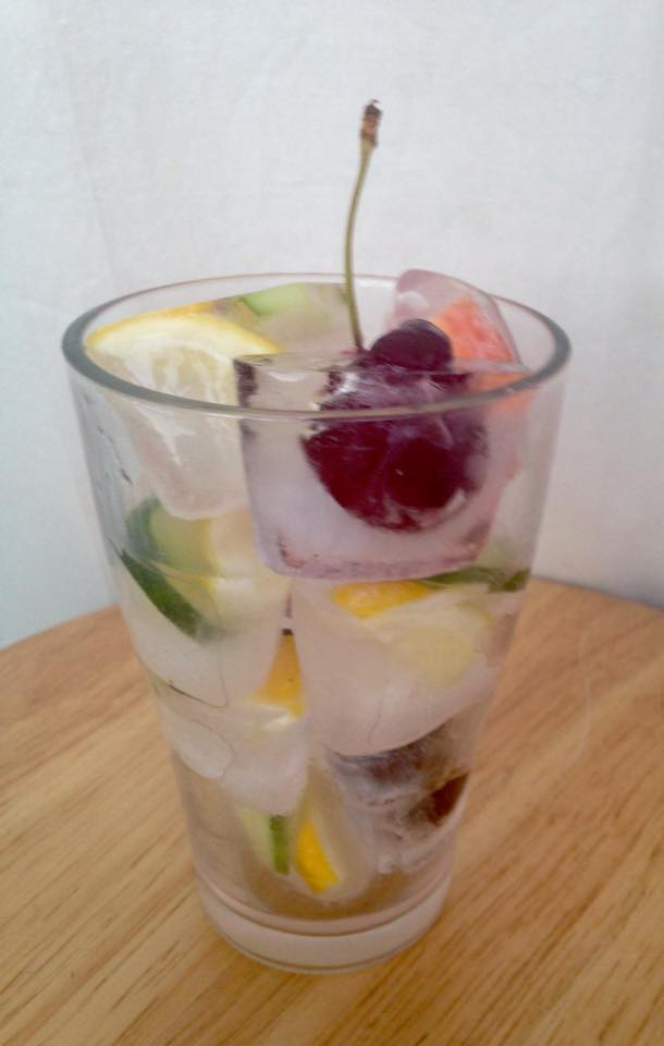 8 Ways to Add Flavor to Your Ice Cubes  | Mrs. G's Appliance Chef #stuffedicecubes #flavoredicecubes